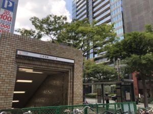 地下鉄空港線赤坂駅5番出口 写真右手西鉄バス大名二丁目バス停